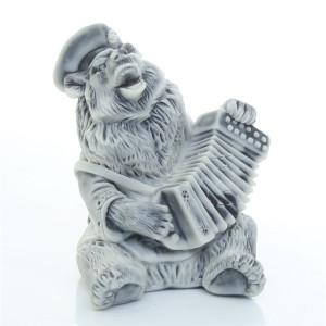 Медведь играет на гармошке